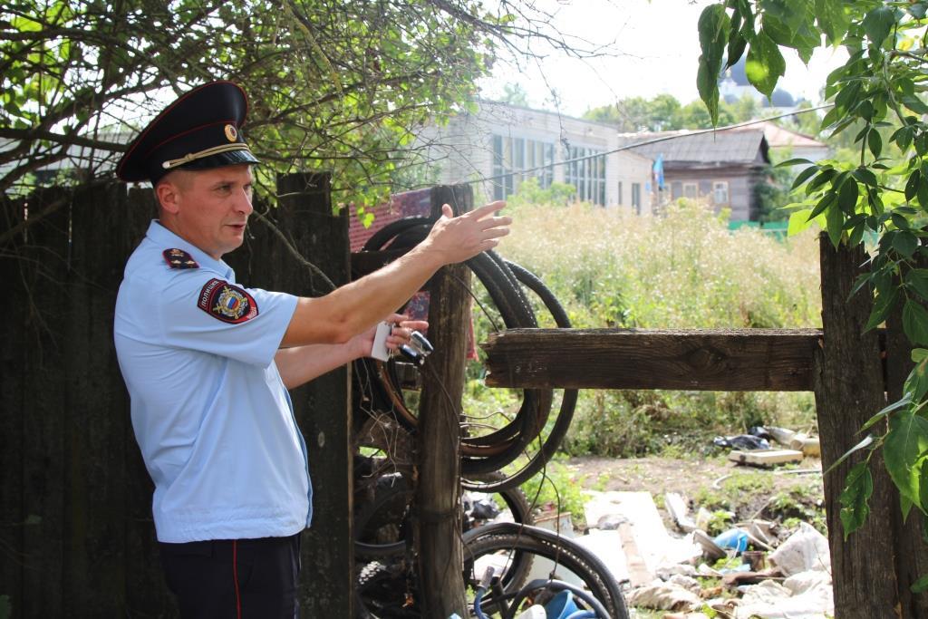ВАрзамасе полицейский извлек пожилого мужчину изгорящего дома