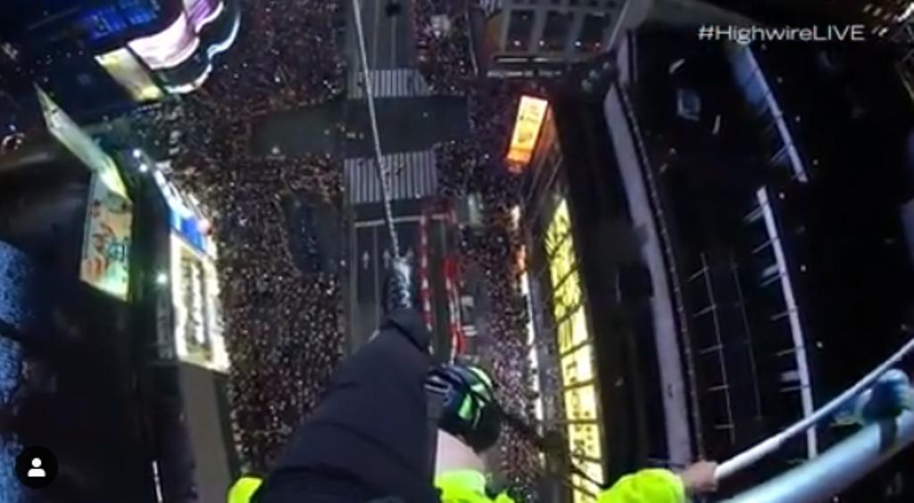 Люди над Нью-Йорком: эквилибрист прошел поканату между небоскребами над Таймс-сквер