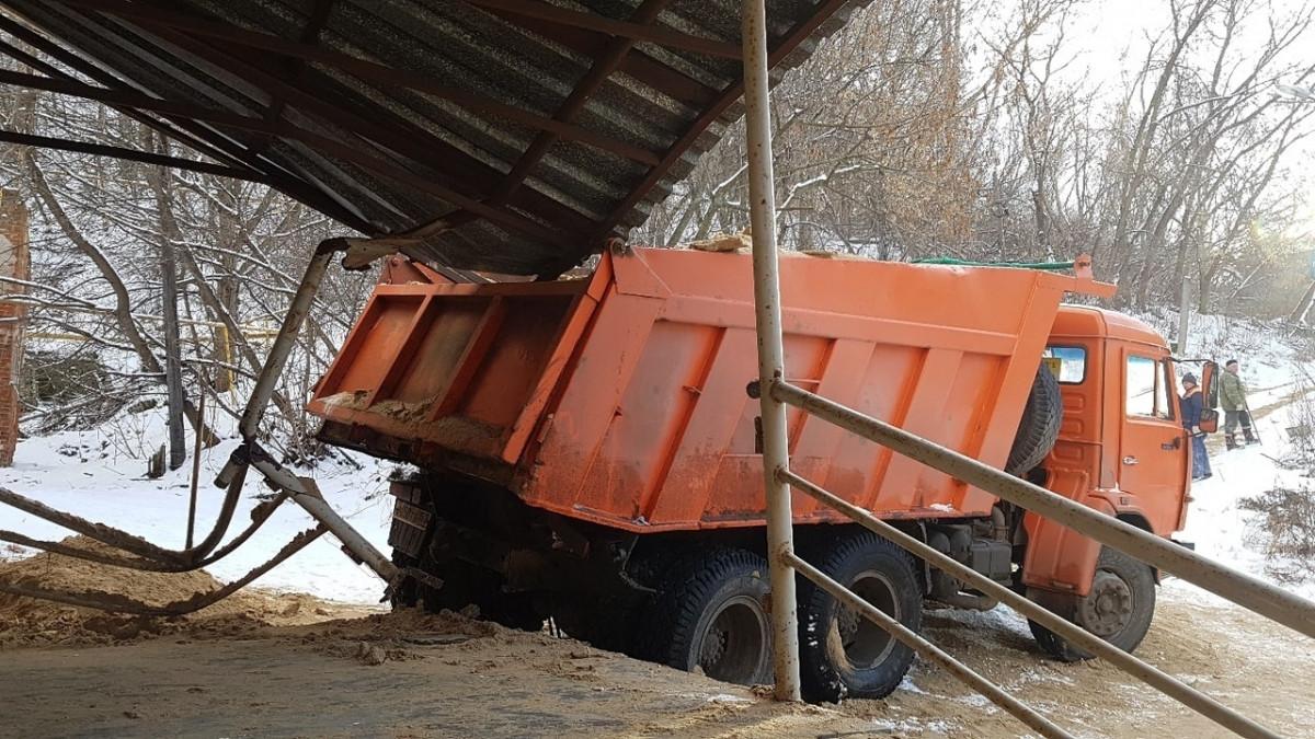 «КамАЗ» снёс крыльцо жилого дома впереулке Гаршина