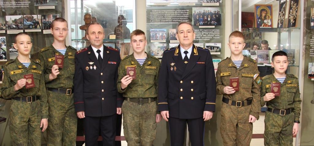 Нижегородские полицейские вручили паспорта 14-летним кадетам