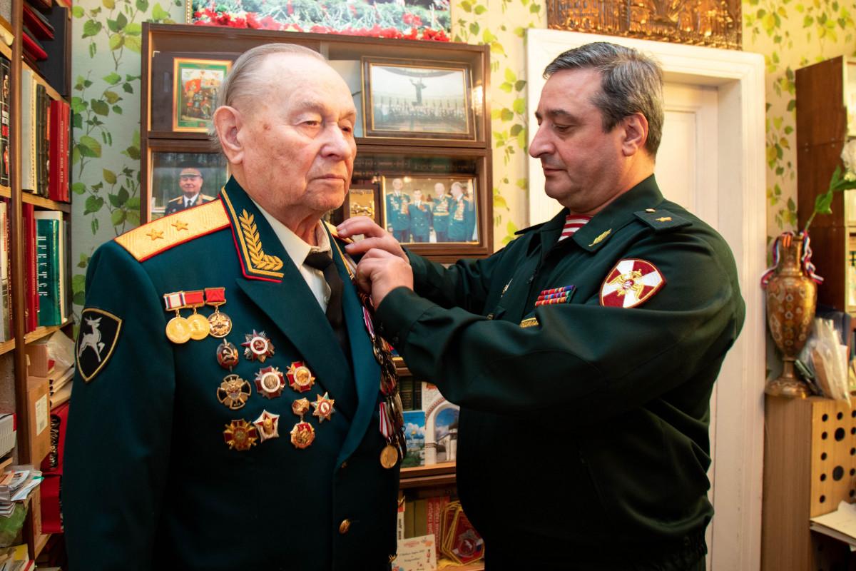 Первому командующему Приволжским округом войск вручили медаль «75 лет Победы вВОВ»