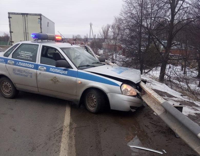 Полицейский автомобиль врезался вотбойник вовремя погони вПавлове