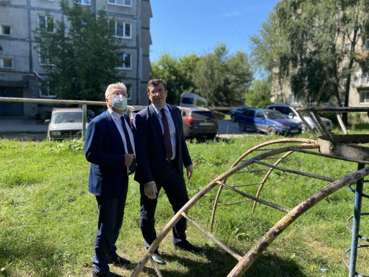 Глеб Никитин проверил благоустройство одного изборских дворов после обращения жителя